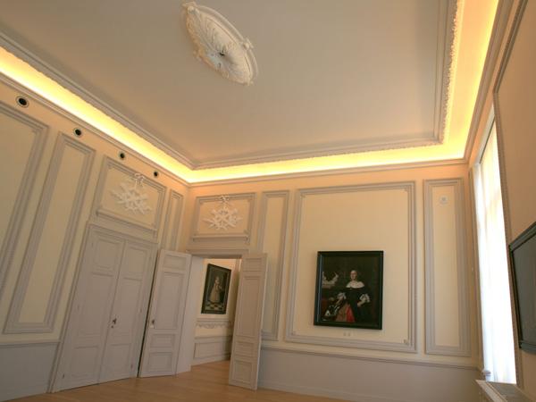 indirecte verlichting tentoonstellingszaal schilderkunst lumco lampen type mt5 b5 kleurtint 827 2700k in rechte en gebogen vorm